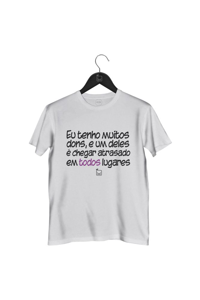 Camiseta-Eu-Tenho-Muitos-Dons-E-Um-Deles-E-Chegar-Atrasado-masculina-branca