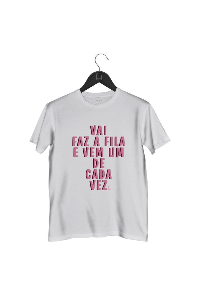 Camiseta-Vai-Faz-A-Fila-E-Vem-Um-De-Cada-Vez-masculina-branca