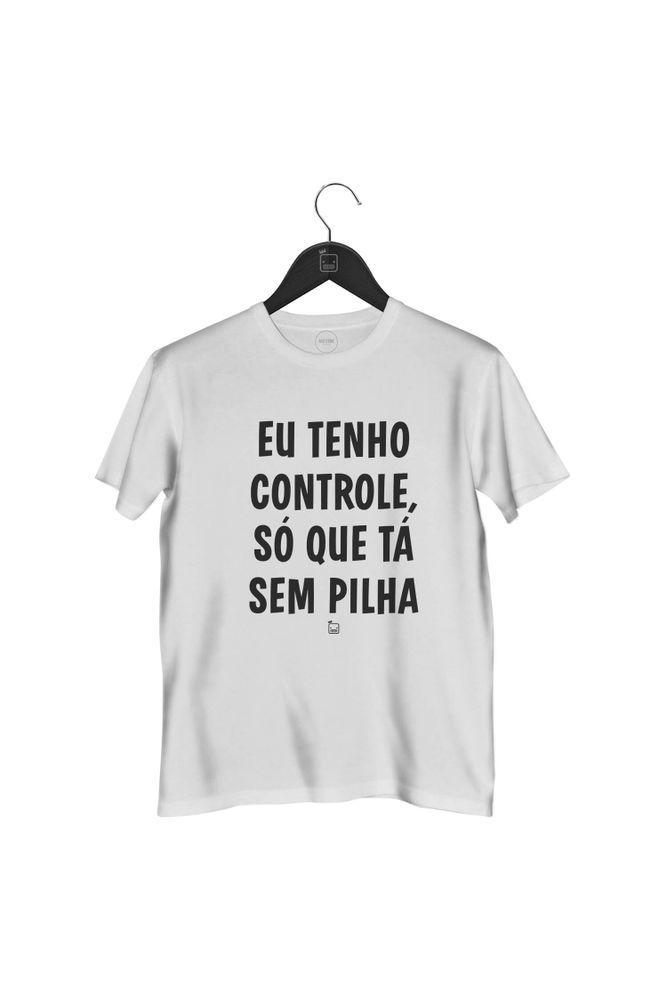 camiseta-eu-tenho-controle-so-que-ta-sem-pilha-masculina-branca
