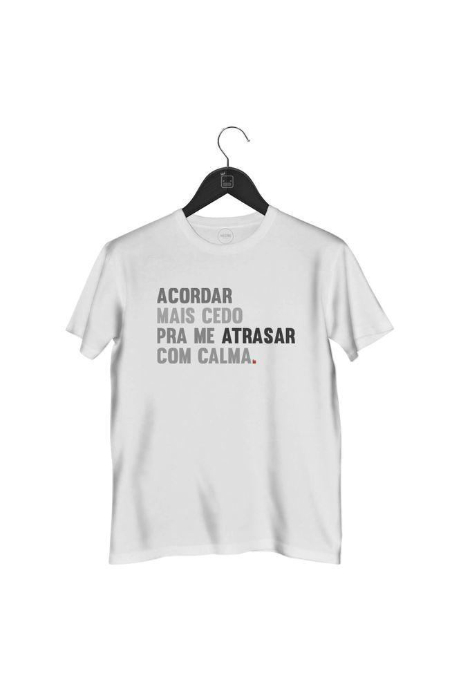 camiseta-acordar-mais-cedo-pra-me-atrasar-com-calma-masculina-branca